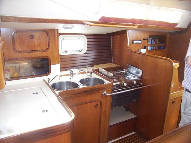 Alquiler y ch rter de velero en d nia beneteau oceanis 500 for Cocinas para barcos