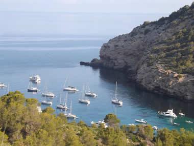 Veleros fondeados en cala Benirras en Ibiza